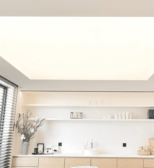 Akoestische spanplafonds met ingewerkt lichtplafond